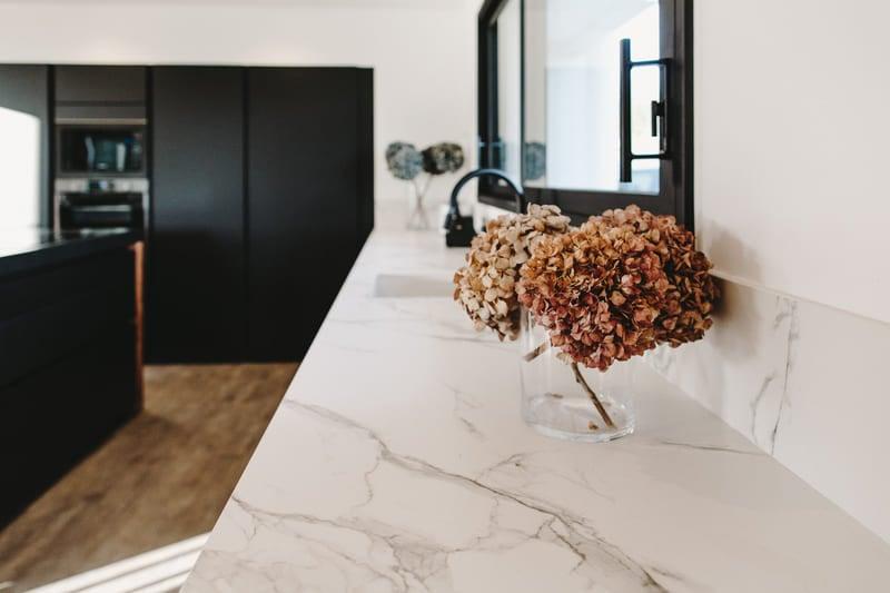 Cuisine de luxe noir en granit, Dekton et bois massif par Vanessa Geraux 2