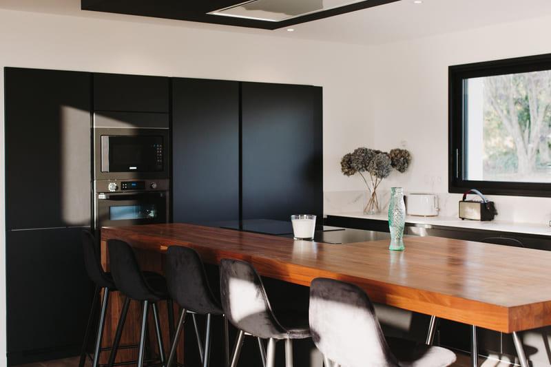 Cuisine de luxe noir en granit, Dekton et bois massif par Vanessa Geraux | Raison Home - 7