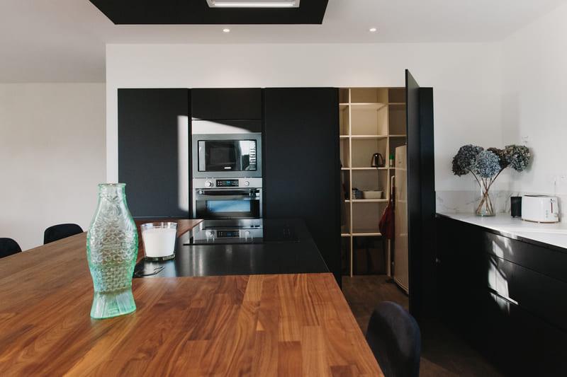 Cuisine de luxe noir en granit, Dekton et bois massif par Vanessa Geraux 8