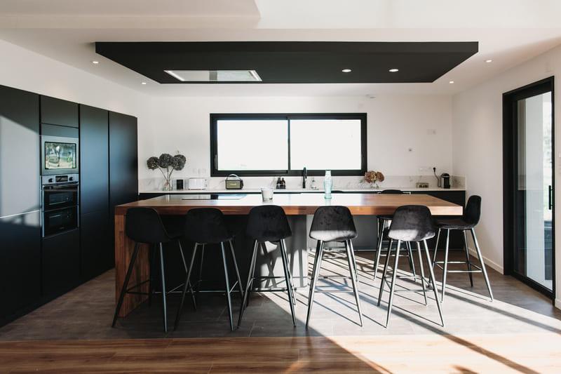 Cuisine de luxe noir en granit, Dekton et bois massif par Vanessa Geraux 3