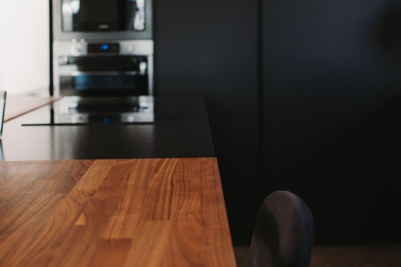 Cuisine de luxe noir en granit, Dekton et bois massif par Vanessa Geraux | Raison Home - 5