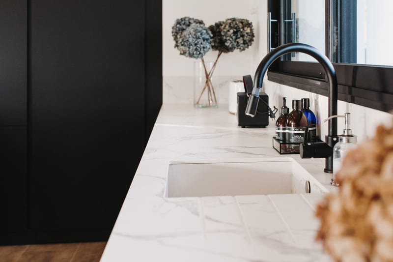 Cuisine de luxe noir en granit, Dekton et bois massif par Vanessa Geraux | Raison Home - 6