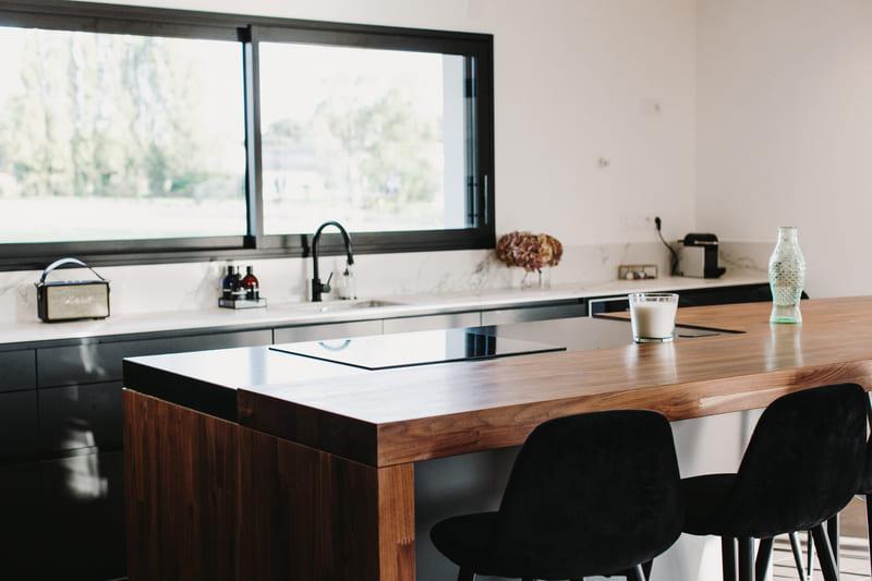 Cuisine de luxe noir en granit, Dekton et bois massif par Vanessa Geraux | Raison Home - 9