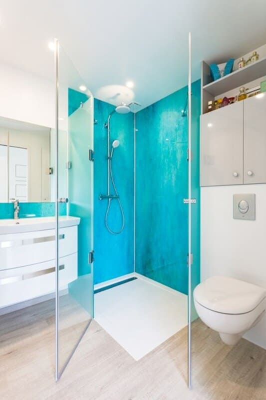Salle de bain fermée de style contemporain brillant clair par Vanessa GERAUX | Raison Home - 6
