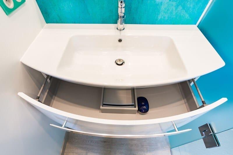 Salle de bain fermée de style contemporain brillant clair par Vanessa GERAUX | Raison Home - 1