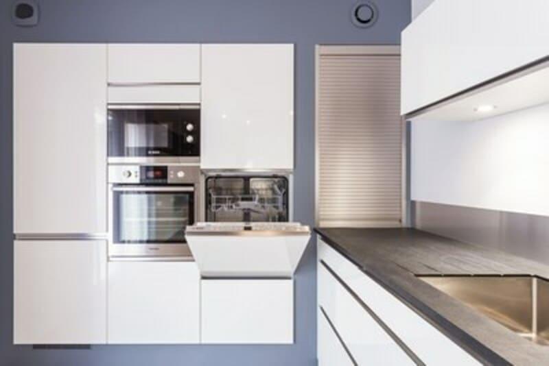 Cuisine ouverte de style contemporain blanc par Vanessa GERAUX | Raison Home - 9
