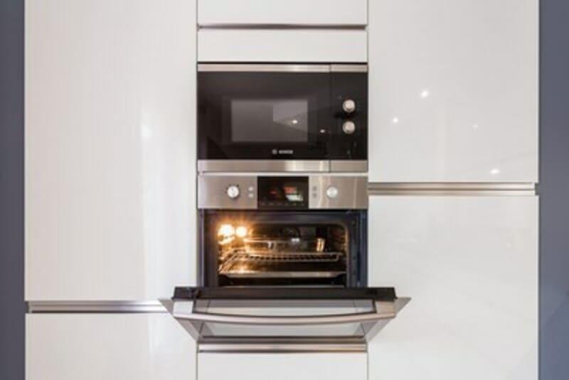 Cuisine ouverte de style contemporain blanc par Vanessa GERAUX | Raison Home - 8