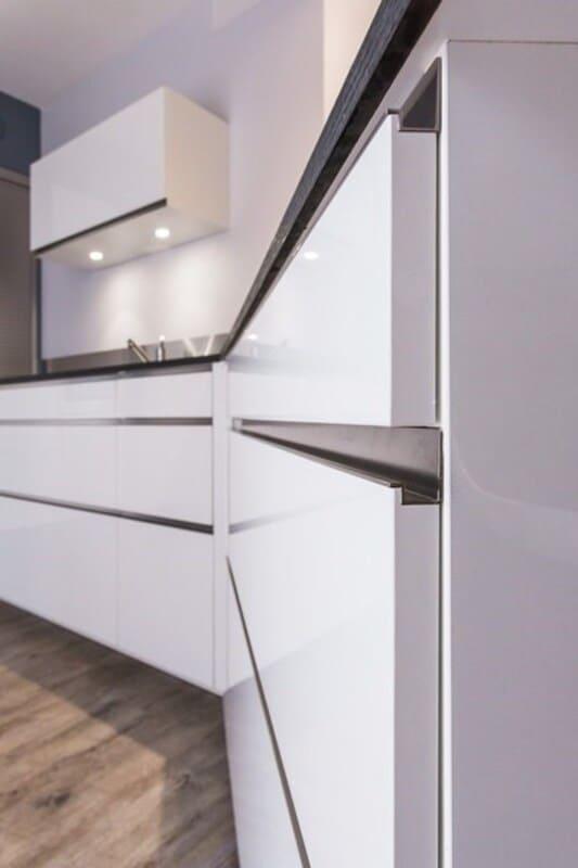 Cuisine ouverte de style contemporain blanc par Vanessa GERAUX | Raison Home - 7