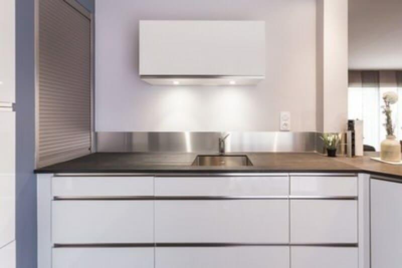 Cuisine ouverte de style contemporain blanc par Vanessa GERAUX | Raison Home - 5