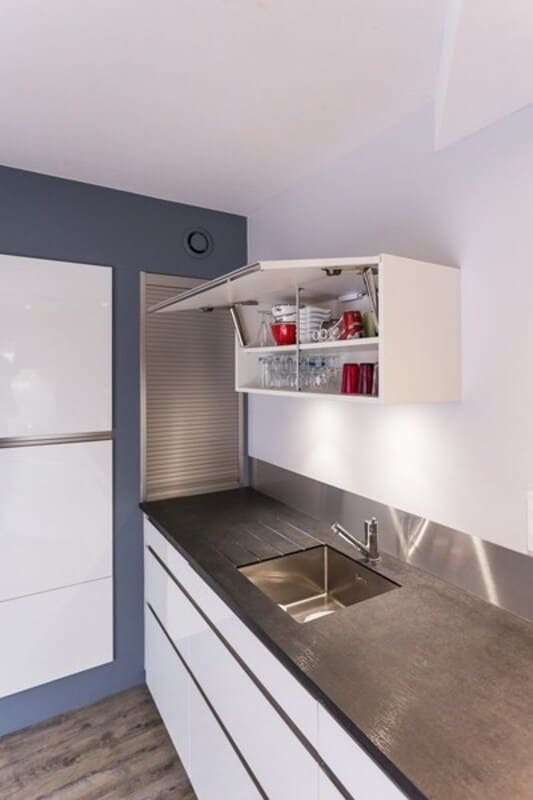 Cuisine ouverte de style contemporain blanc par Vanessa GERAUX | Raison Home - 4