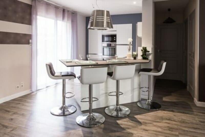 Cuisine ouverte de style contemporain blanc par Vanessa GERAUX | Raison Home - 1