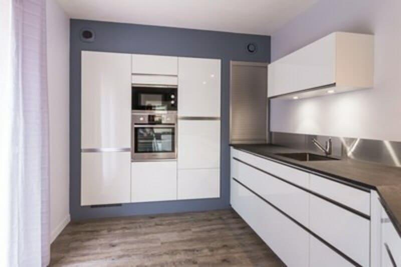 Cuisine ouverte de style contemporain blanc par Vanessa GERAUX | Raison Home - 3
