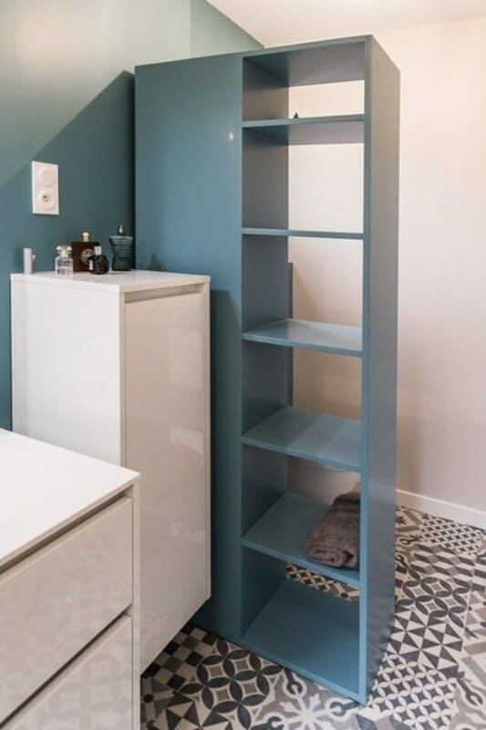 Salle de bain fermée de style contemporain blanc par Vanessa GERAUX 2