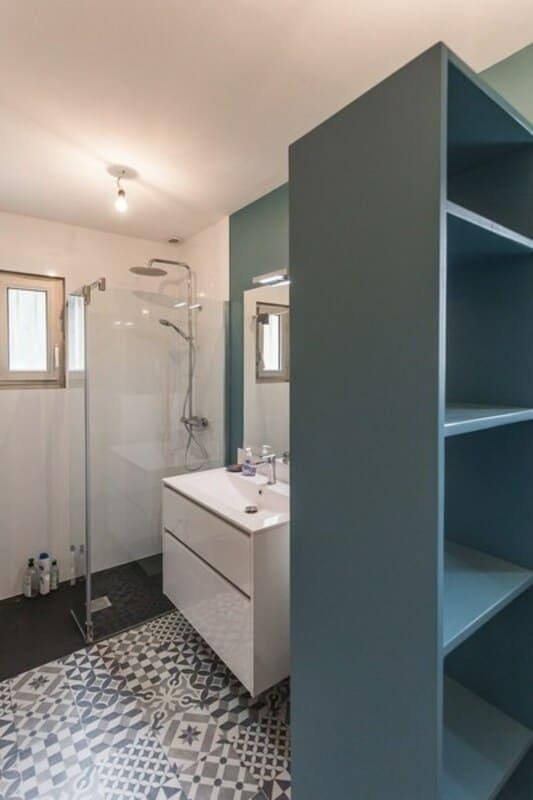 Salle de bain fermée de style contemporain blanc par Vanessa GERAUX 5