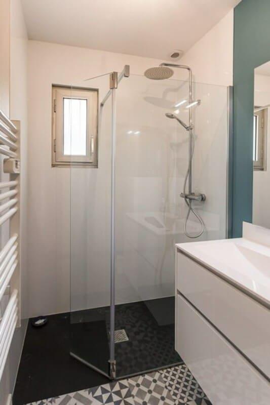 Salle de bain fermée de style contemporain blanc par Vanessa GERAUX 6
