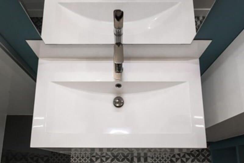 Salle de bain fermée de style contemporain blanc par Vanessa GERAUX 1