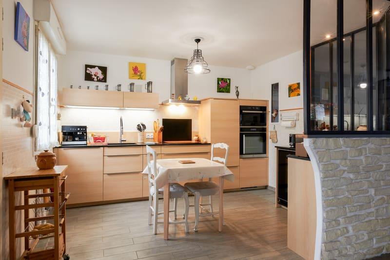 Cuisine ouverte noire et bois en couloir avec verrière | Raison Home - 1