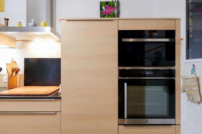 Cuisine ouverte noire et bois en couloir avec verrière | Raison Home - 7