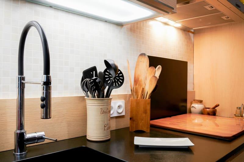 Cuisine ouverte noire et bois en couloir avec verrière | Raison Home - 5