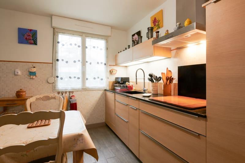 Cuisine ouverte noire et bois en couloir avec verrière | Raison Home - 4
