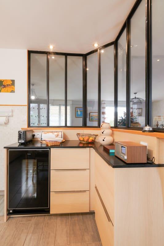 Cuisine ouverte noire et bois en couloir avec verrière | Raison Home - 6