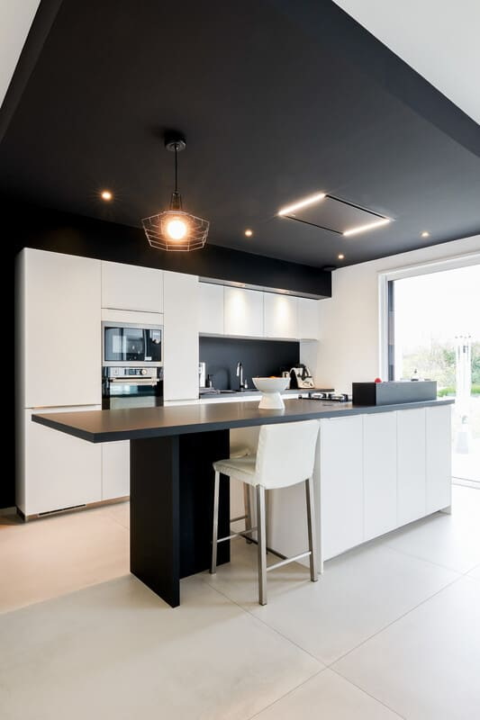 Cuisine ouverte design noire et blanche avec îlot central | Raison Home - 2