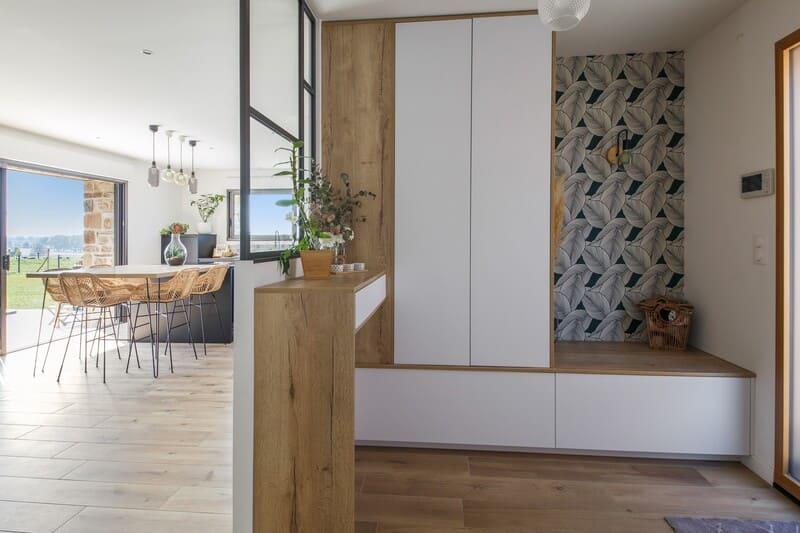 Cuisine ouverte noire et bois de style industriel avec îlot central | Raison Home - 10