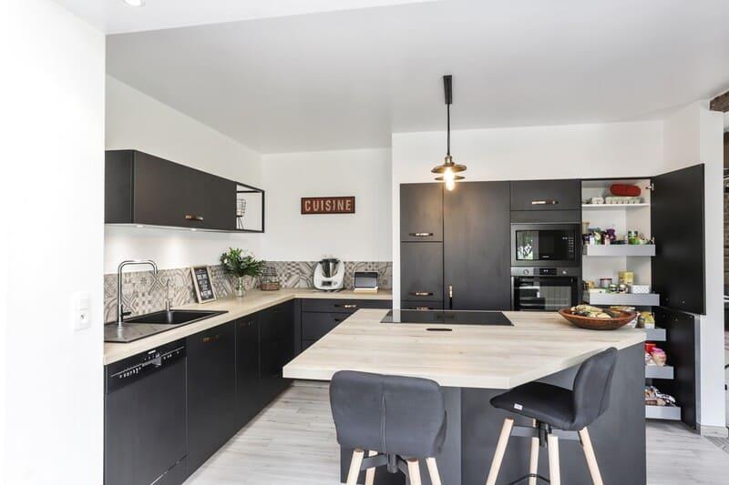 Cuisine ouverte noire et bois avec crédence en carreaux de ciments | Raison Home - 3