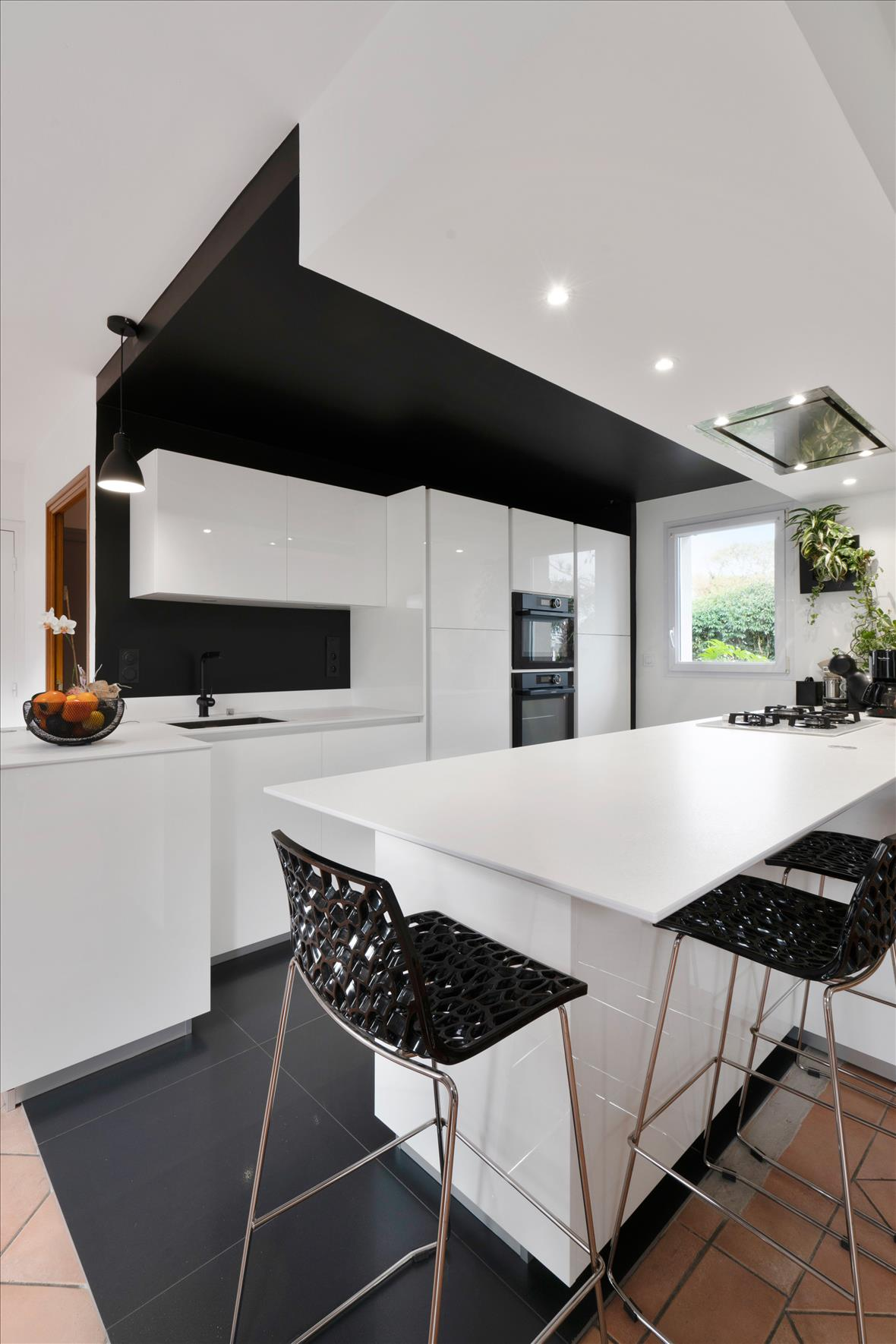 Cuisine design avec îlot et espace repas