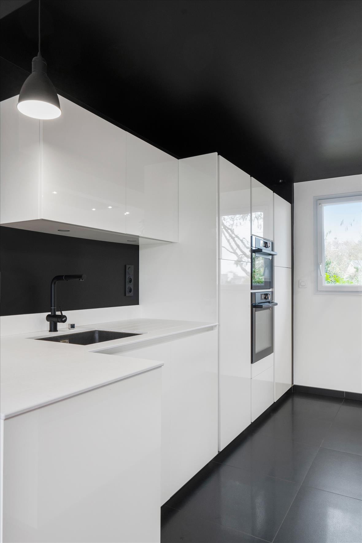 Cuisine design blanche plafond noir