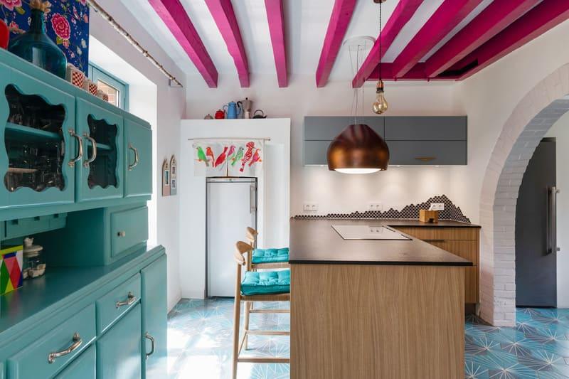 Cuisine ouverte spacieuse noire bois et bleue avec îlot central | Raison Home - 1