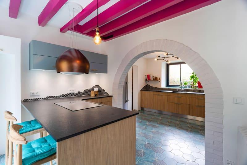 Cuisine ouverte spacieuse noire bois et bleue avec îlot central | Raison Home - 4