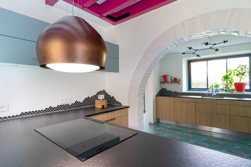 Cuisine ouverte spacieuse noire bois et bleue avec îlot central | Raison Home - 2