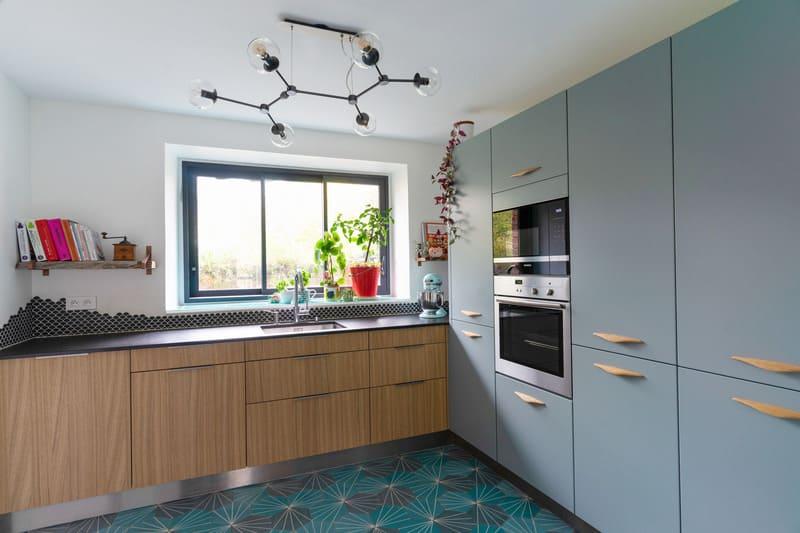 Cuisine ouverte spacieuse noire bois et bleue avec îlot central | Raison Home - 3