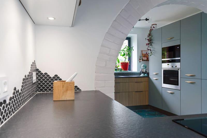 Cuisine ouverte spacieuse noire bois et bleue avec îlot central | Raison Home - 6