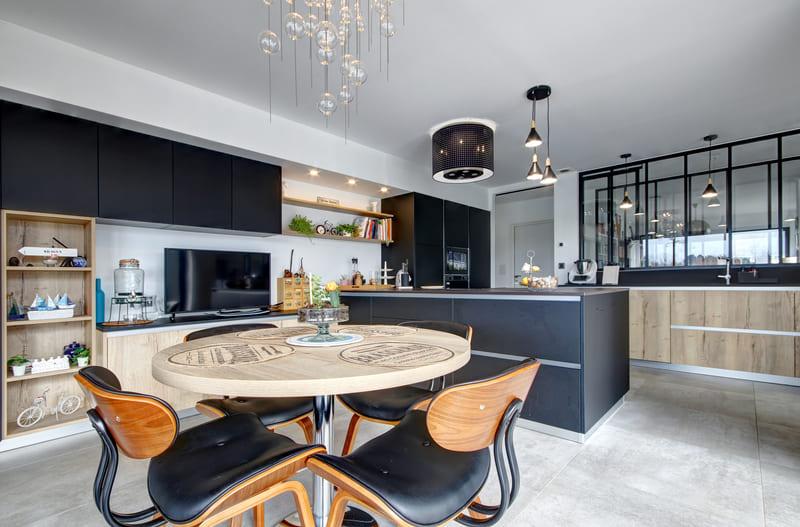 Grande cuisine design noire avec verrière par Gérald Jounot | Raison Home - 1