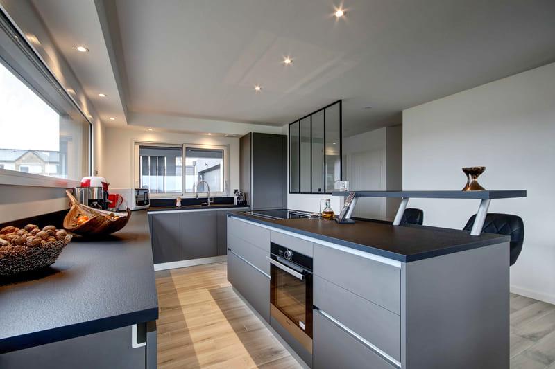 Cuisine aménagée grise avec verrière par Gérald JOUNOT | Raison Home - 3