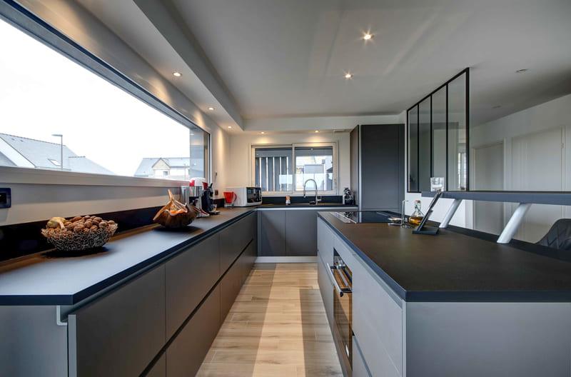 Cuisine aménagée grise avec verrière par Gérald JOUNOT | Raison Home - 4