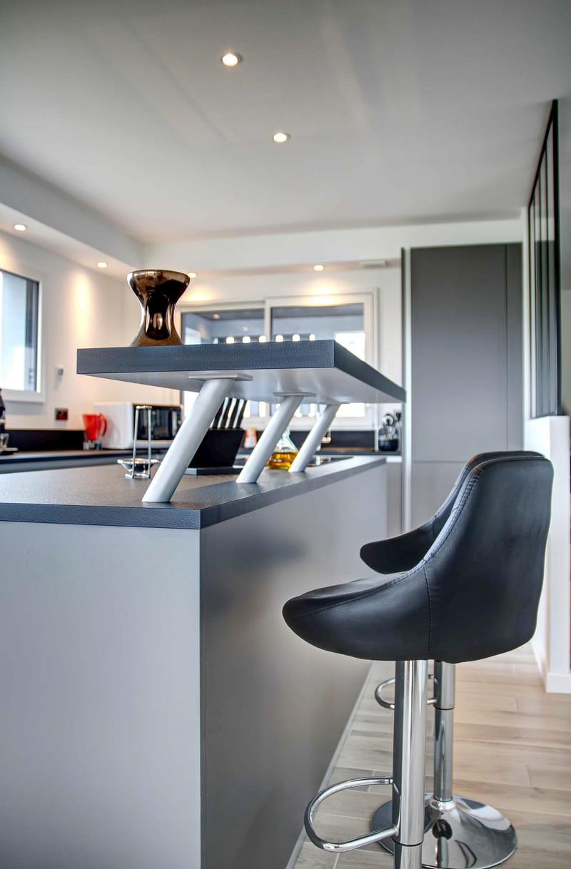 Cuisine aménagée grise avec verrière par Gérald JOUNOT | Raison Home - 5