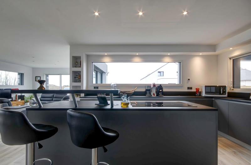 Cuisine aménagée grise avec verrière par Gérald JOUNOT | Raison Home - 8