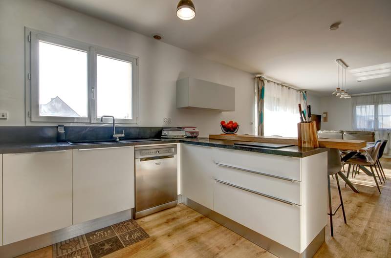 Cuisine ouverte blanche, bois et bleu ciel avec bar par Gérald JOUNOT | Raison Home - 6