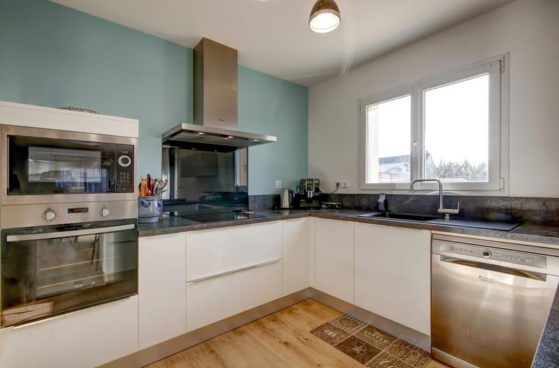 Cuisine ouverte blanche, bois et bleu ciel avec bar par Gérald JOUNOT | Raison Home - 4