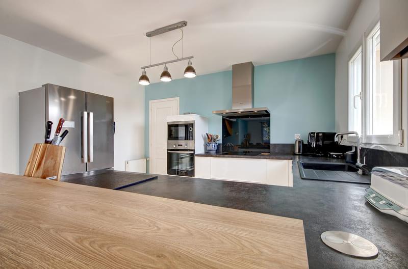 Cuisine ouverte blanche, bois et bleu ciel avec bar par Gérald JOUNOT | Raison Home - 3