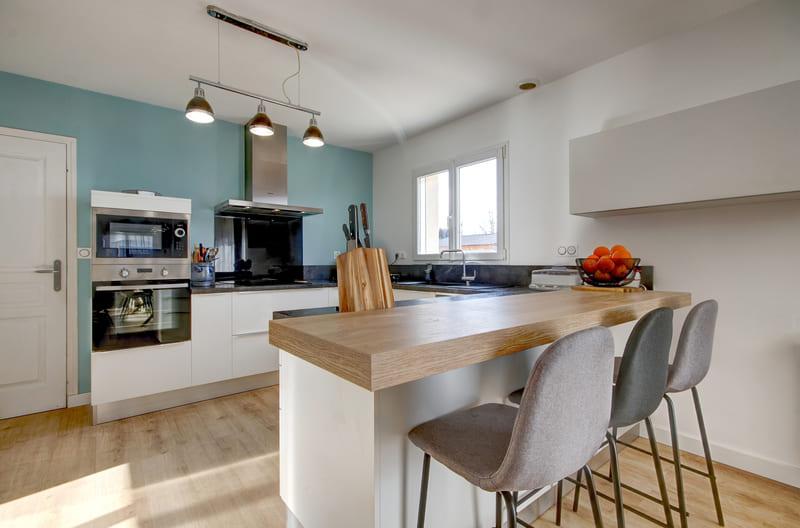 Cuisine ouverte blanche, bois et bleu ciel avec bar par Gérald JOUNOT | Raison Home - 2